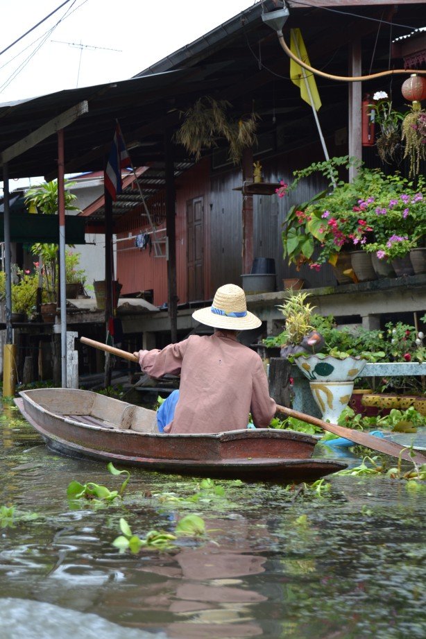 Behind the scenes. Take a longtail boat threw the canals to see the everyday life in the klonghs.